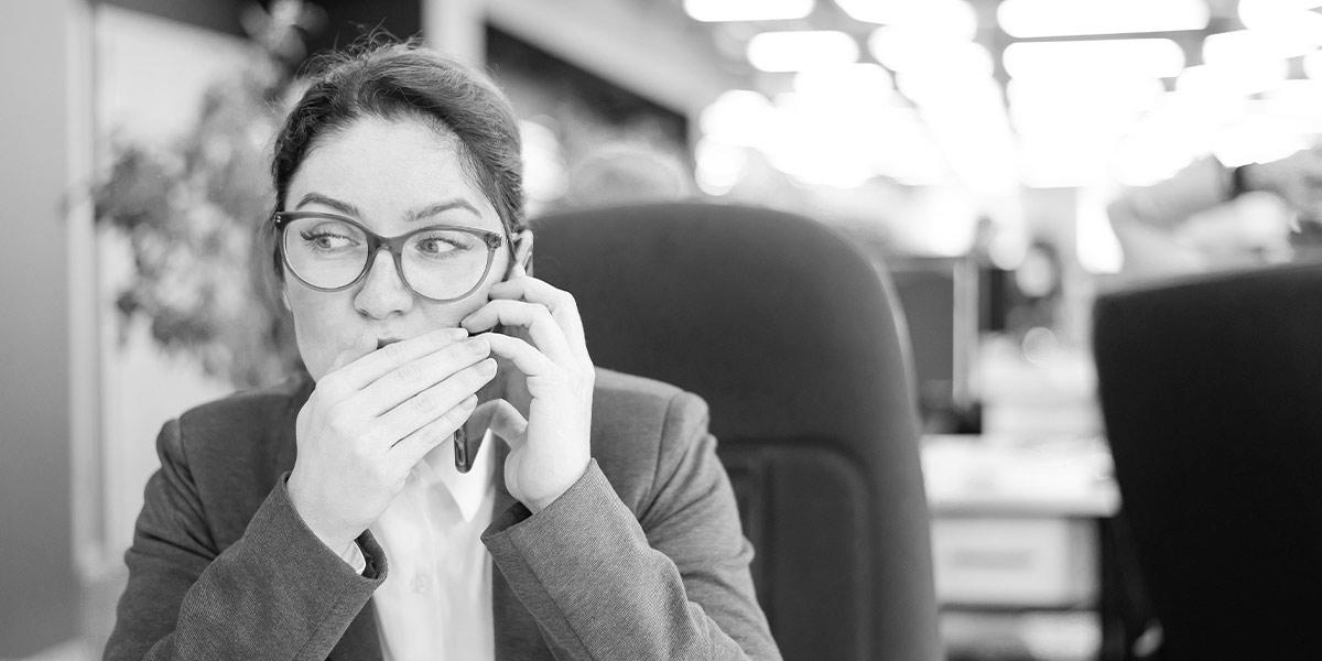 Mitarbeiter gibt Passwort an eine Kollegin weiter um eine Abwesenheitsnotiz zu erstellen. Risiko für Datendiebstahl.